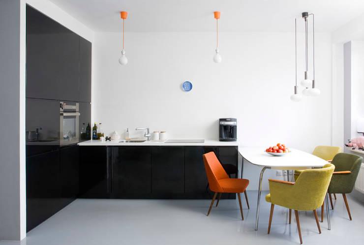 Mieszkanie 54 m2. Warszawa Praga : styl , w kategorii Łazienka zaprojektowany przez Pracownia Silvergrey