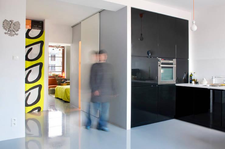 Mieszkanie 54 m2. Warszawa Praga : styl , w kategorii Salon zaprojektowany przez Pracownia Silvergrey