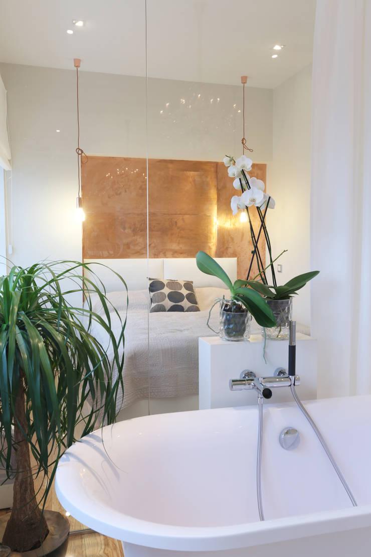 Вид из ванны.: Ванные комнаты в . Автор – Double Room