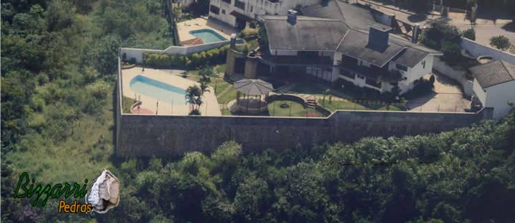 Muro de arrimo para piscina: Piscinas rústicas por Bizzarri Pedras