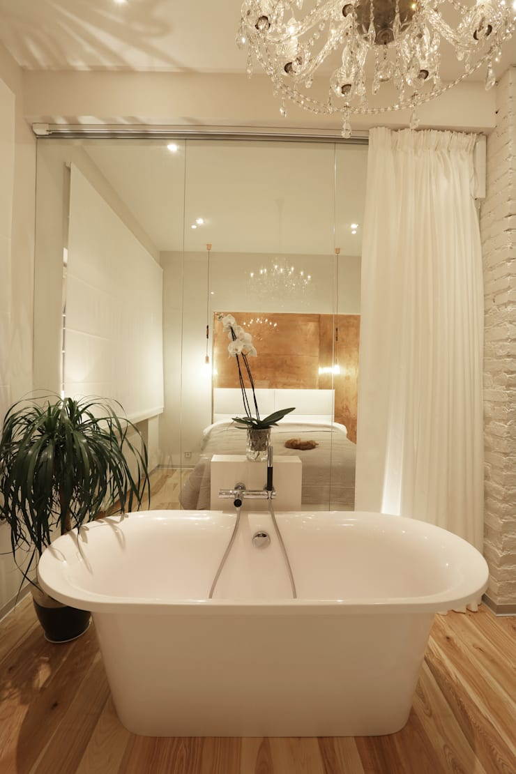Белая форма.: Ванные комнаты в . Автор – Double Room