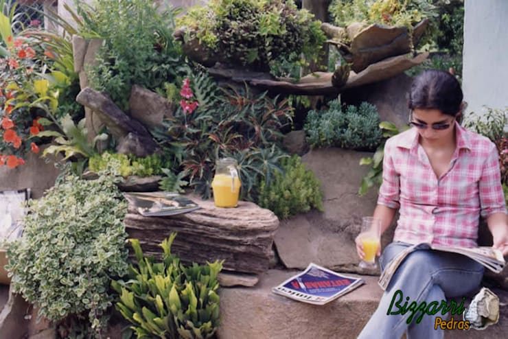 Banco de pedra e paisagismo: Jardins  por Bizzarri Pedras