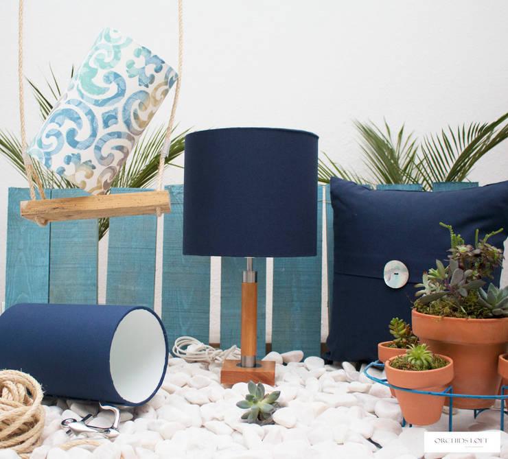 Hamptons Style: Sala de estar  por ORCHIDS LOFT