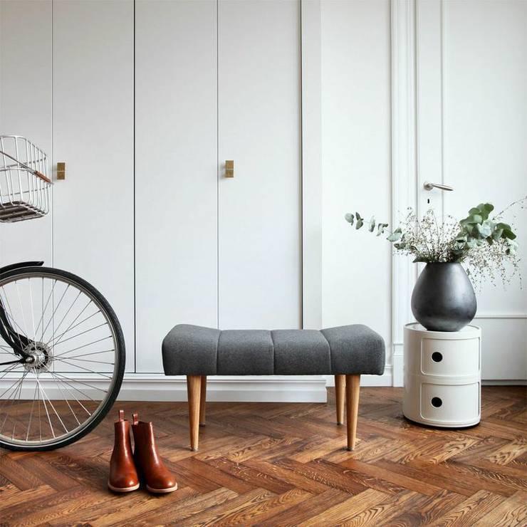 Sitzhocker Cosmo: skandinavischer Flur, Diele & Treppenhaus von Baltic Design Shop