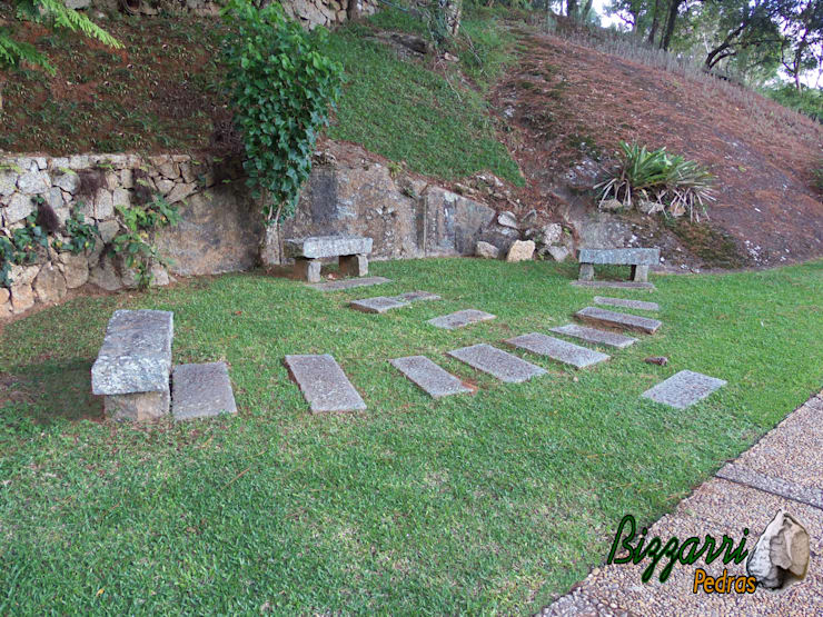Banco com pedra folheta: Jardins  por Bizzarri Pedras