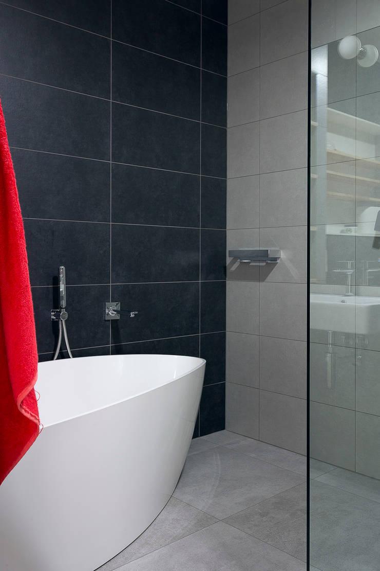 łazienka, wanna wolnostojąca: styl , w kategorii Łazienka zaprojektowany przez Jacek Tryc-wnętrza,Minimalistyczny