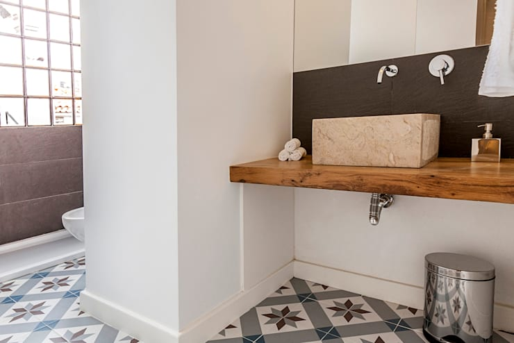 bathroom: Casas de banho  por Home Staging Factory
