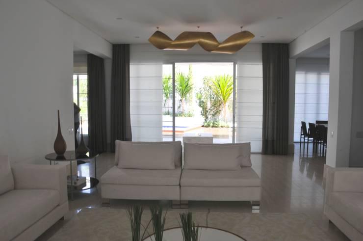 Casa Alto da Boa Vista: Salas de estar  por Renata Amado Arquitetura de Interiores