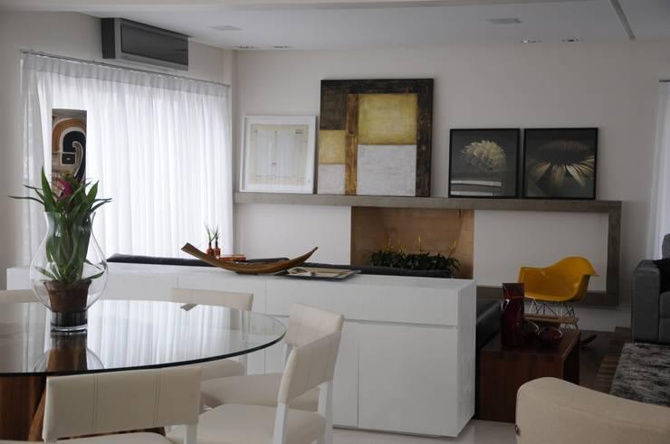 CASA SWISS PARK: Salas de jantar  por Renata Amado Arquitetura de Interiores,Moderno
