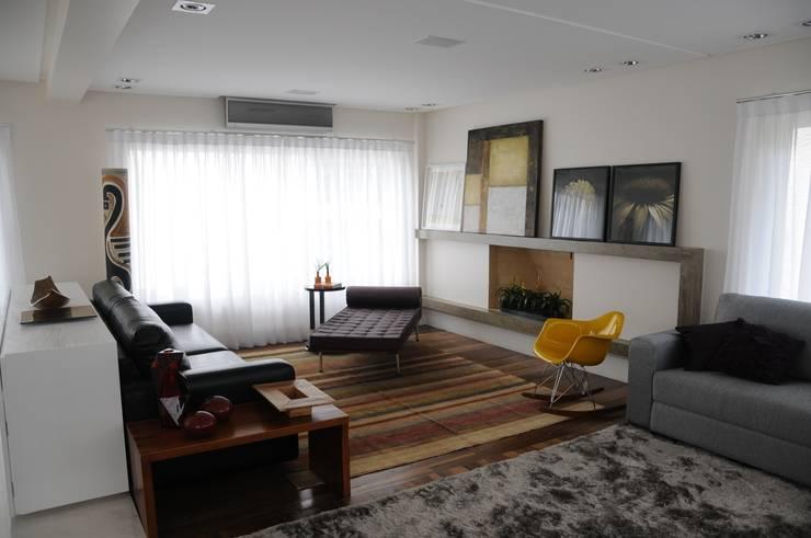 CASA SWISS PARK: Salas de estar  por Renata Amado Arquitetura de Interiores,Moderno