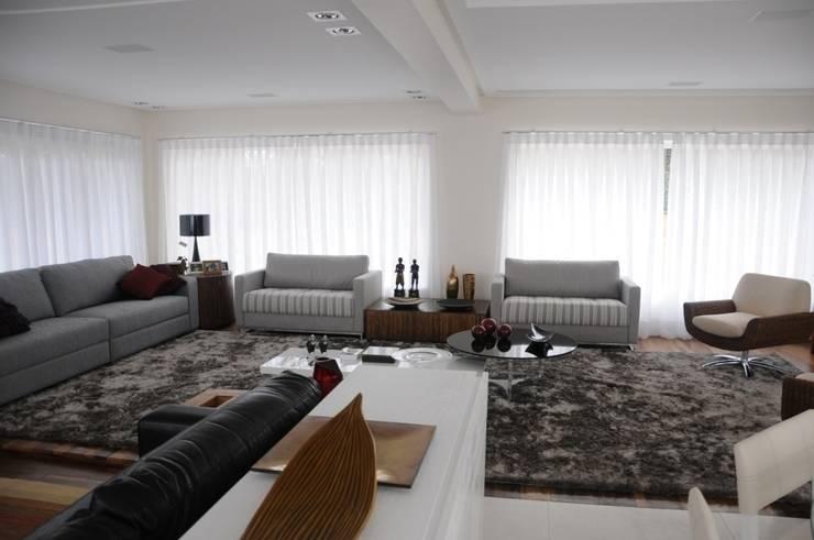 CASA SWISS PARK: Salas de estar  por Renata Amado Arquitetura de Interiores,Eclético