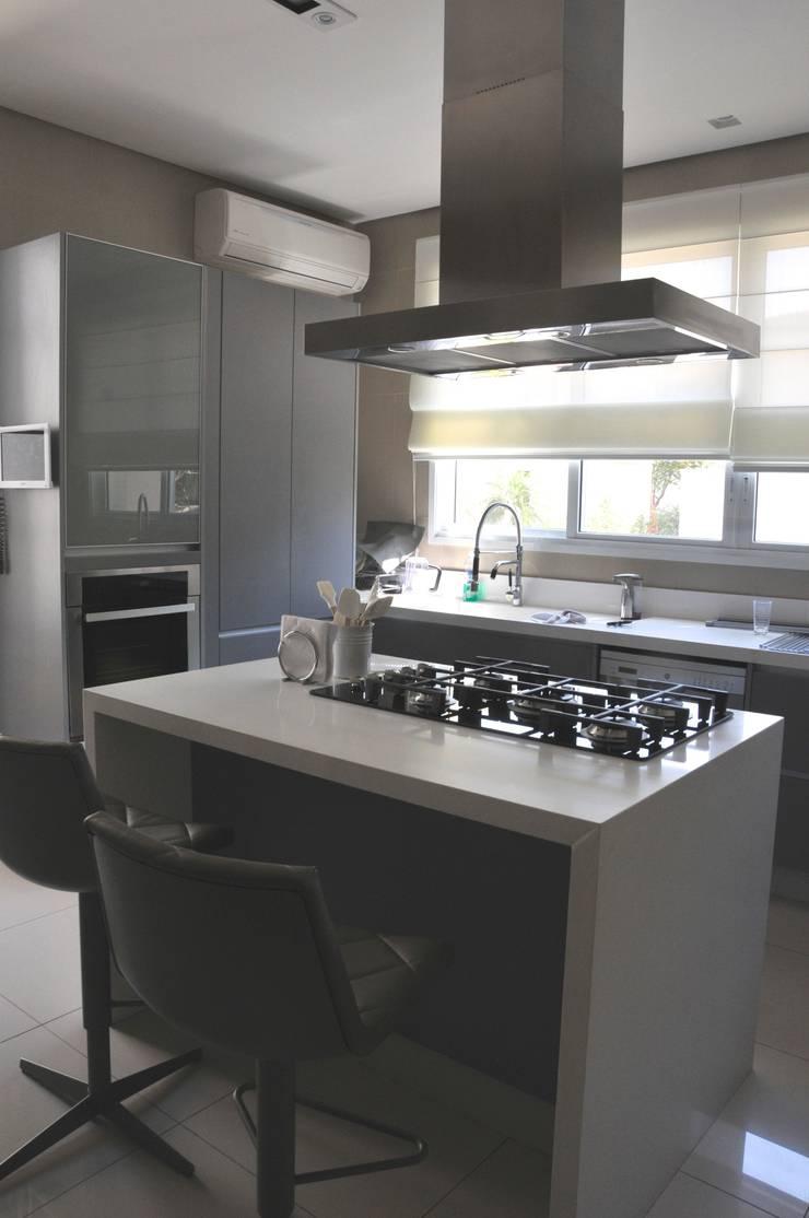 Casa Alto da Boa Vista: Cozinhas  por Renata Amado Arquitetura de Interiores