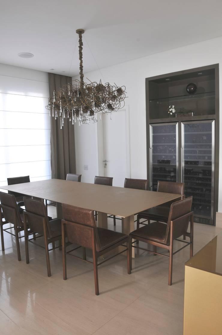 Casa Alto da Boa Vista: Adegas  por Renata Amado Arquitetura de Interiores