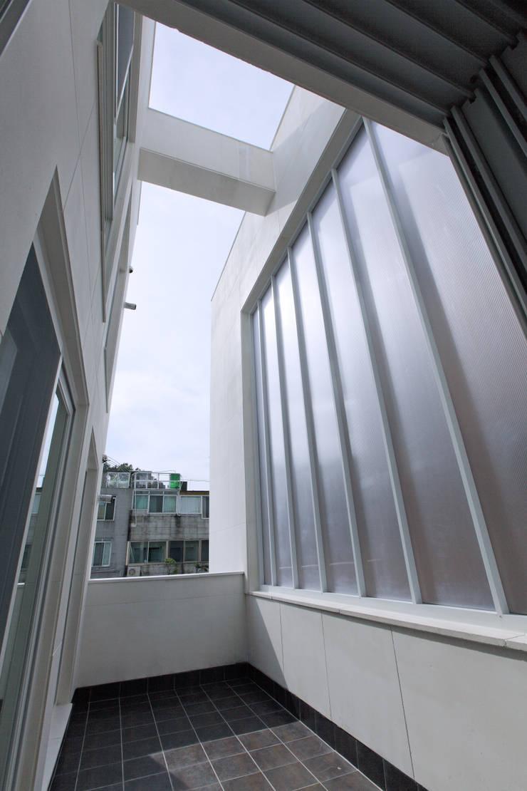 다가구 가벽: 현앤전 건축사 사무소(HYUN AND JEON ARCHITECTURAL OFFICE )의  베란다