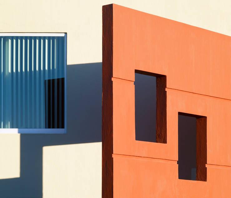 elemento decorativo de fachada: Casas de estilo  por Excelencia en Diseño