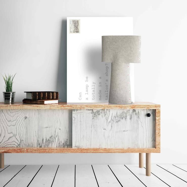 SLEEVE table lamp: Soggiorno in stile  di metrocuadro-design