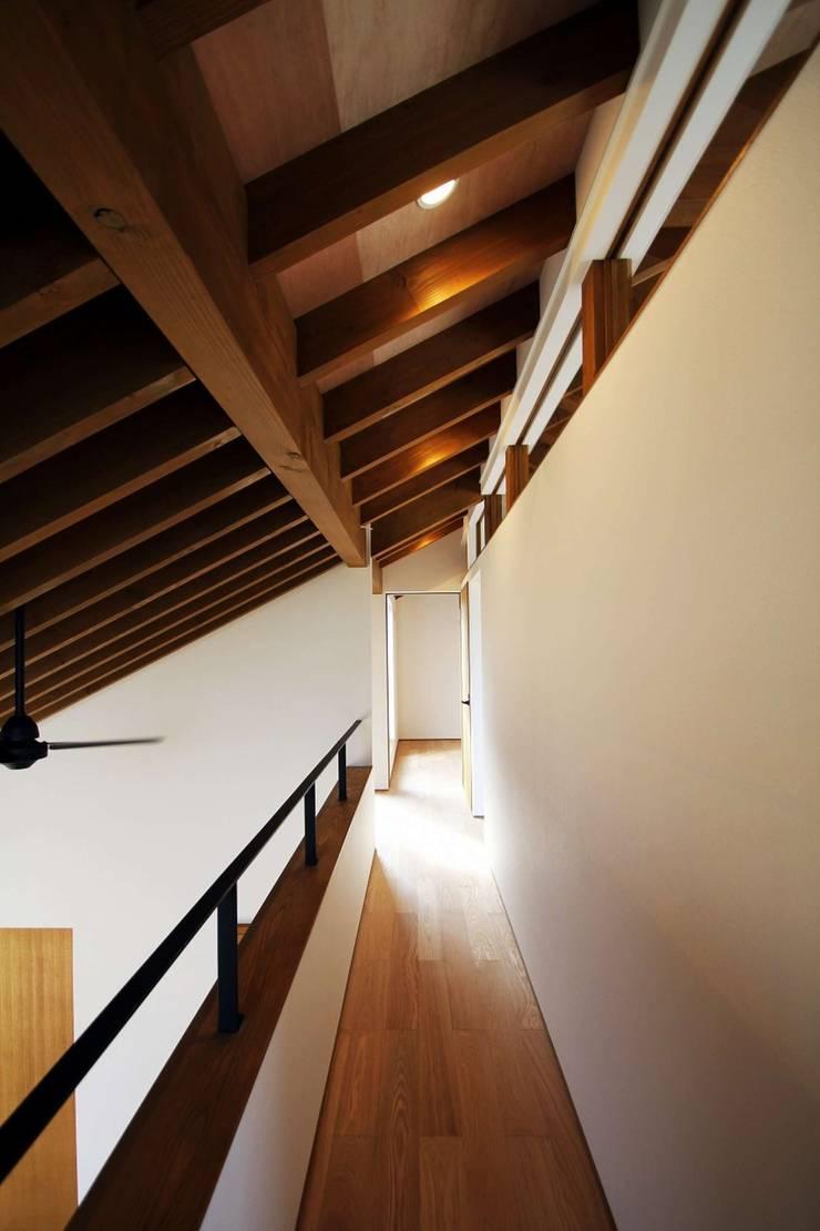 忍者の住む家: 秀田建築設計事務所が手掛けた廊下 & 玄関です。,モダン