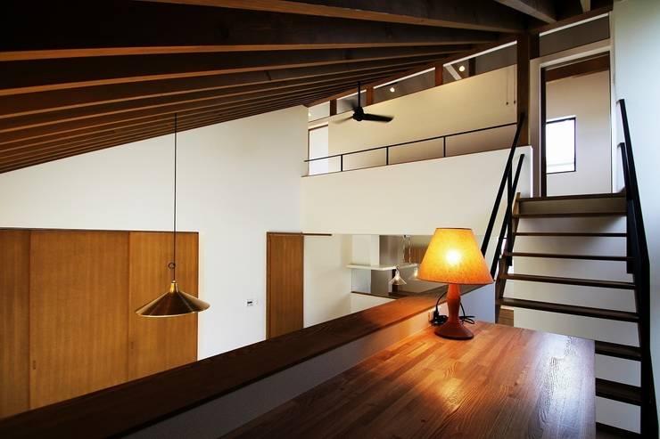 忍者の住む家: 秀田建築設計事務所が手掛けた書斎です。,モダン