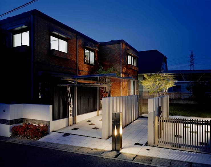 背後のもみじが彩をそえる ドラマティックな全景: sotoDesign  株式会社竹本造園が手掛けた家です。