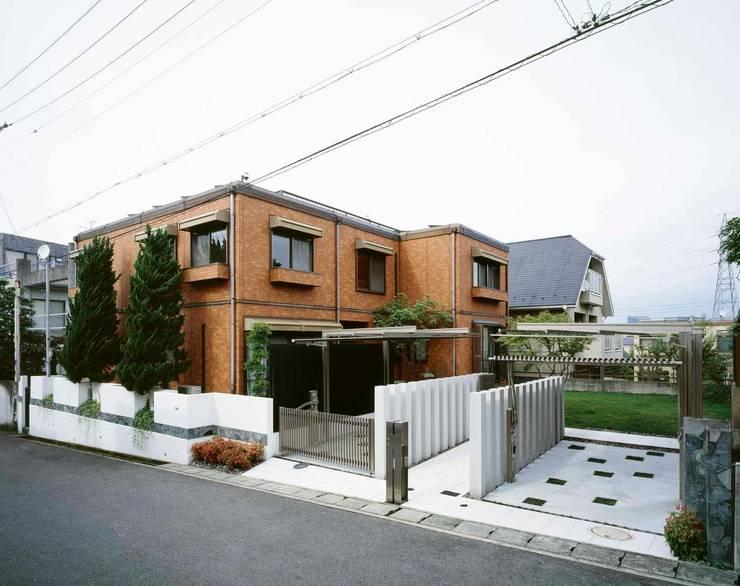 白を基調にとし 背景の緑を味方に: sotoDesign  株式会社竹本造園が手掛けた家です。,モダン