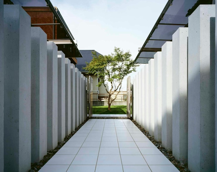 いざなう立柱のトンネル: sotoDesign  株式会社竹本造園が手掛けた家です。