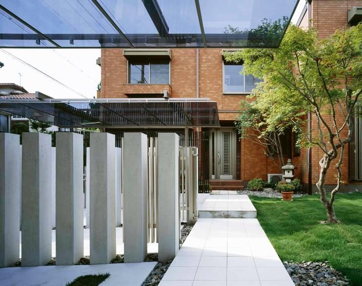 車庫奥から 玄関へ向かっての通路: sotoDesign  株式会社竹本造園が手掛けた家です。,モダン