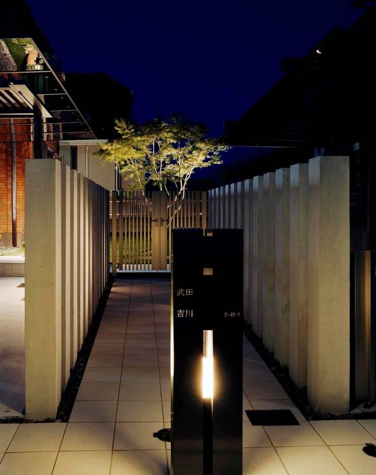 オリジナルデザインの機能門柱: sotoDesign  株式会社竹本造園が手掛けた現代のです。,モダン