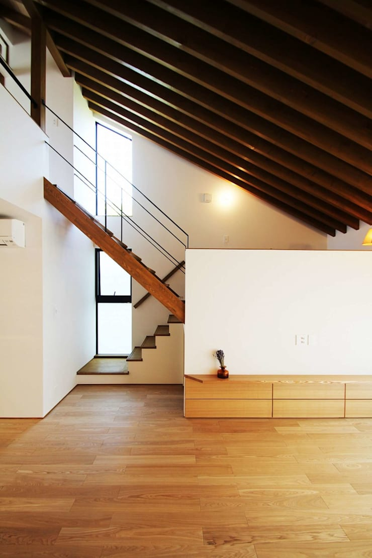 忍者の住む家: 秀田建築設計事務所が手掛けた廊下 & 玄関です。