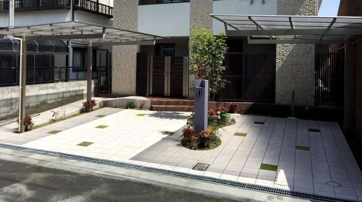 ちいさな庭が ガレージの中央に: sotoDesign  株式会社竹本造園が手掛けた家です。