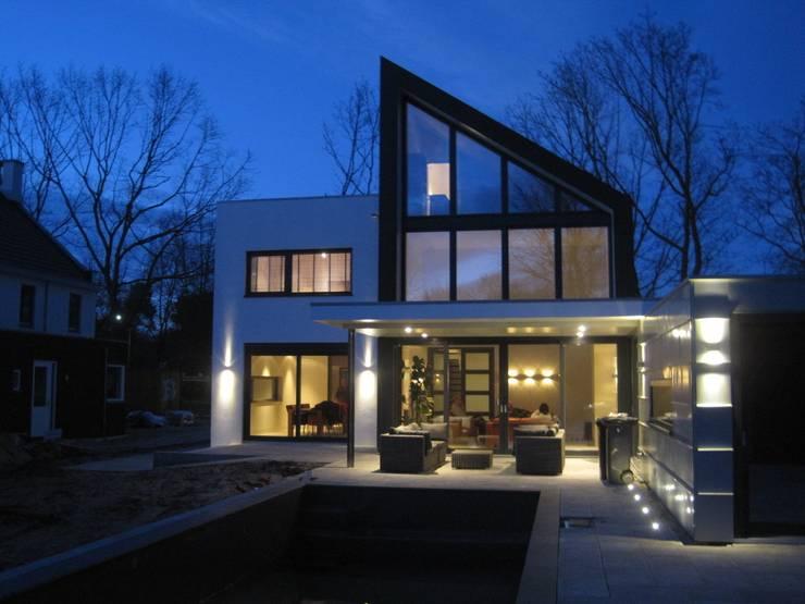 achtergevel avondsituatie: moderne Huizen door Villa Delphia
