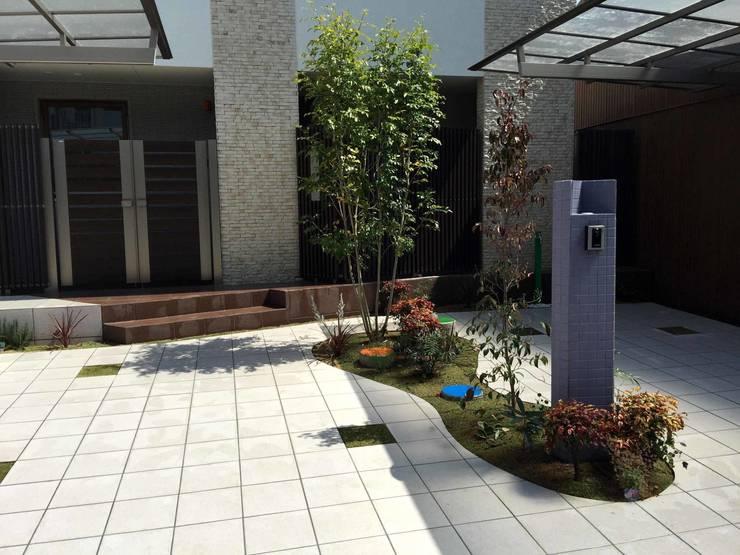 明確なアプローチの区切りはなくても: sotoDesign  株式会社竹本造園が手掛けた家です。,モダン