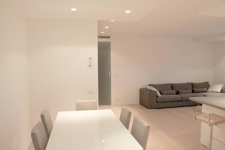 Sala pranzo: Sala da pranzo in stile in stile Minimalista di Davide Ceron Architetto