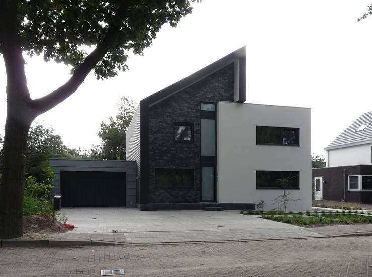 voorgevel: moderne Huizen door Villa Delphia