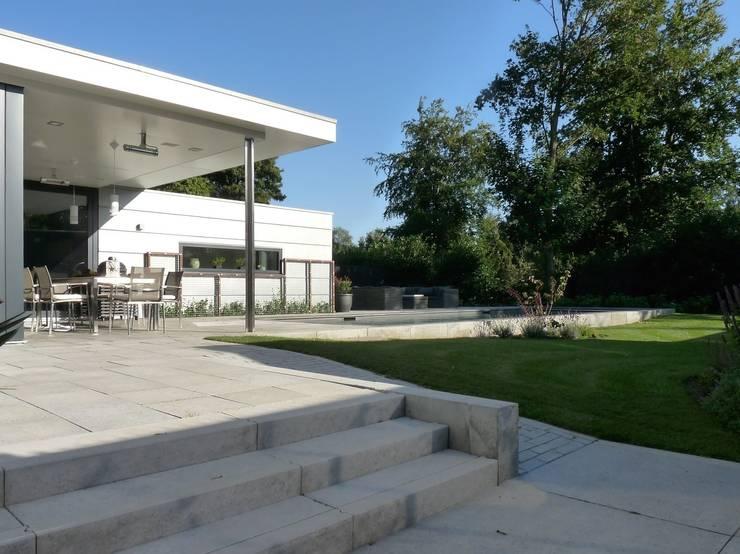 tuin: moderne Huizen door Villa Delphia