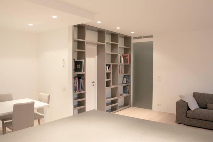 Percorsi: Ingresso & Corridoio in stile  di Davide Ceron Architetto