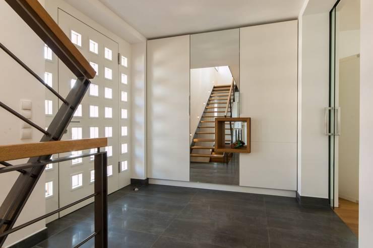 Haus S.:  Flur & Diele von Architekturbüro Stefan Schäfer