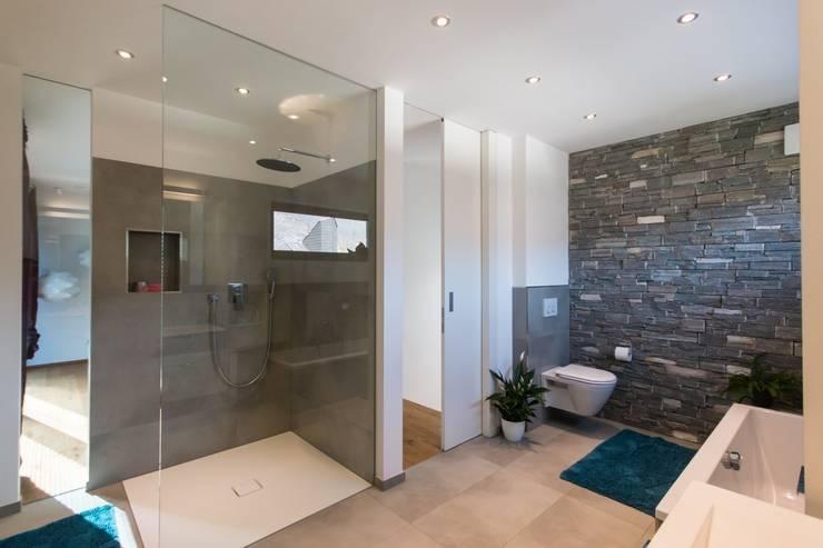 Haus S.:  Badezimmer von Architekturbüro Stefan Schäfer