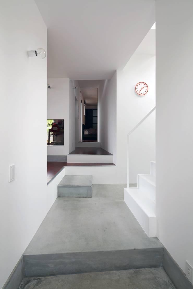 五月丘の家 - House of Satukigaoka: 林泰介建築研究所が手掛けた廊下 & 玄関です。,