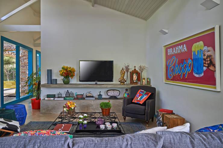 SÍTIO OURO PRETO: Salas de multimídia  por Beth Marquez Interiores