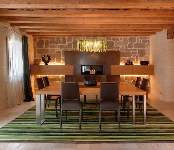 TRADIZIONE, PERSONALITA', ECLETTISMO: Sala da pranzo in stile  di STUDIO CERON & CERON