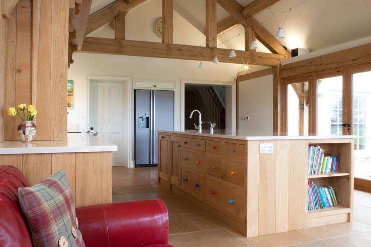 Fitted Oak Kitchen:  Kitchen by David Holliday Kitchens