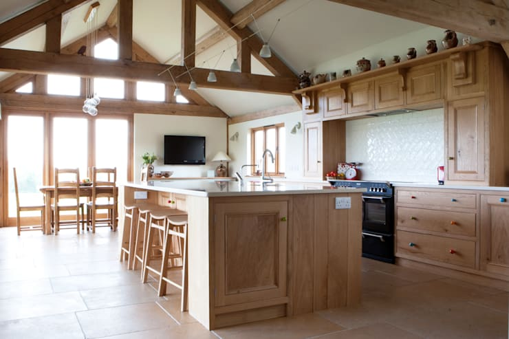 Fitted Oak Kitchen:  Kitchen by David Holliday Kitchens