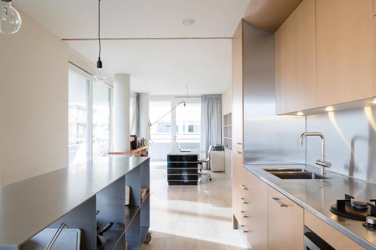 Project Amsterdam Noord – Overhoeksparklaan:  Keuken door Standard Studio - Amsterdam