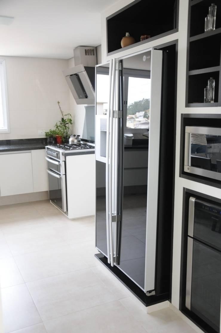 CASA SWISS PARK I: Cozinhas  por Renata Amado Arquitetura de Interiores