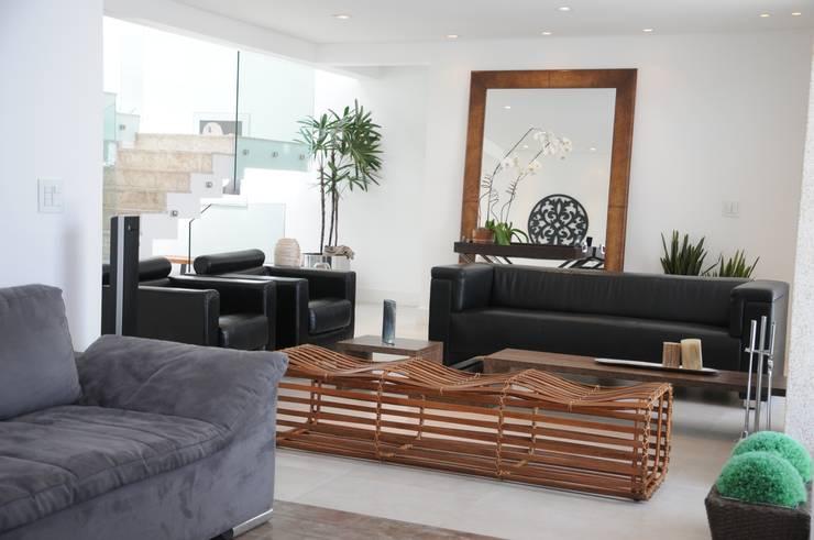CASA SWISS PARK I: Salas de estar  por Renata Amado Arquitetura de Interiores