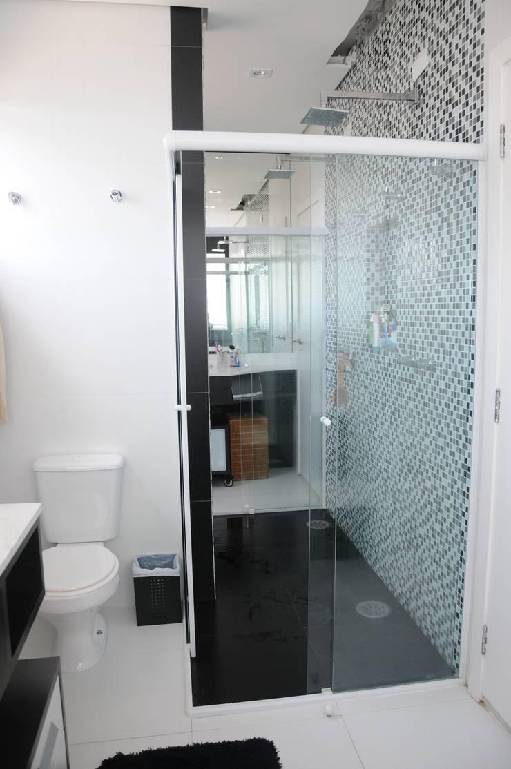 CASA SWISS PARK I: Banheiros  por Renata Amado Arquitetura de Interiores