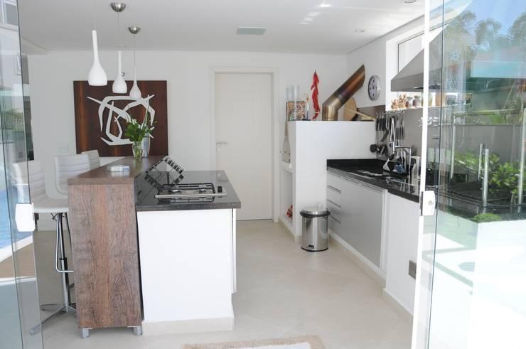 CASA SWISS PARK I: Terraços  por Renata Amado Arquitetura de Interiores