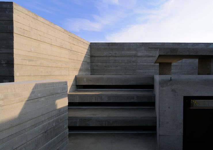 代田の住宅: 井上洋介建築研究所が手掛けたテラス・ベランダです。