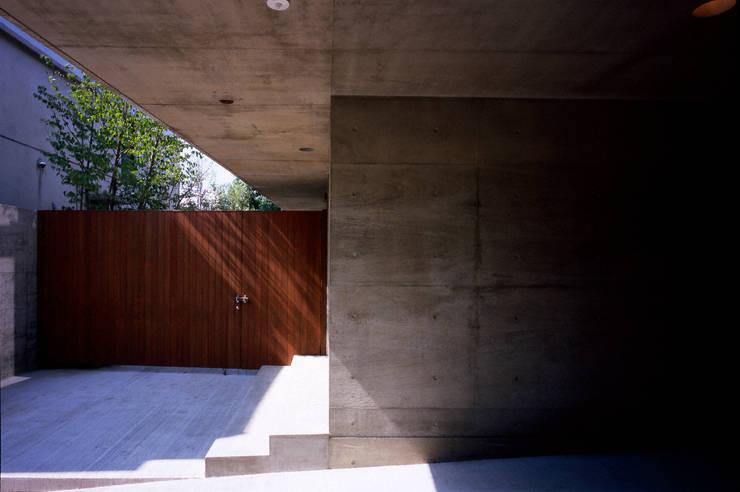 Garage/schuur door 井上洋介建築研究所