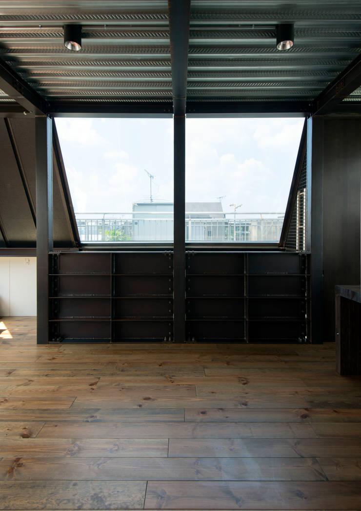 A-sign Building: 井上洋介建築研究所が手掛けたリビングです。